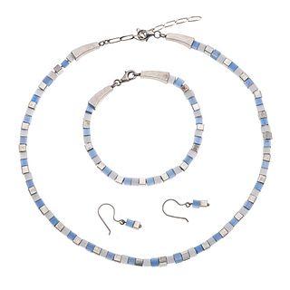 Collar, pulsera y par de aretes con madreperla y plata .925. Diseño de cubos. Peso: 50.2 g.