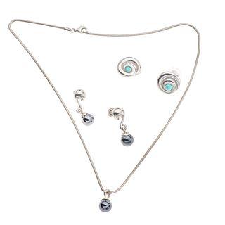 Dos collares y dos pares de aretes con acerinas y simulantes en plata .925. Peso: 43.1 g.