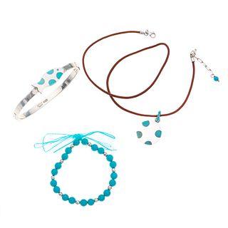 Dos pulsera, collar de piel y pendiente con turquesas y simulantes en plata .925. Peso: 50.2 g.