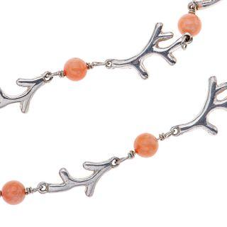Collar, pulsera, par de aretes y anillo con ágatas color rosa en plata .925. Peso: 28.7 g.