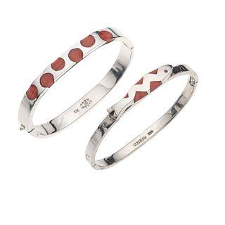 Dos brazaletes con ágatas color rosa en plata .925. Peso: 64.1 g.
