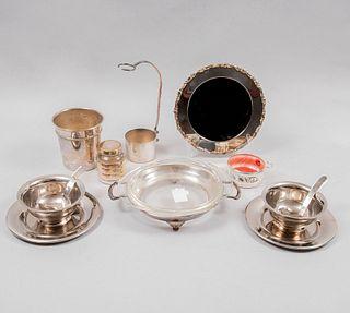 Lote de 10 piezas. Diferentes orígenes y diseños. SXX En metal plateado y vidrio. Consta de: hielera, portabotella, 2 salseras, otros.
