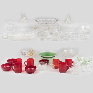 Lote de 64 piezas. Siglo XX. Diferentes diseños. Elaboradas en cristal y vidrio, algunas color rojo y verde.