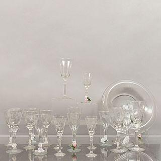 Lote de 24 piezas. Siglo XX. Diferentes diseños. Elaborados en cristal, algunos tipo pepita. Consta de: centro de mesa y 23 copas.