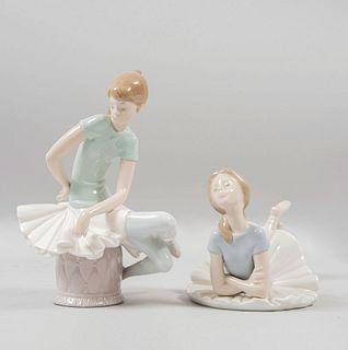 Lote de 2 bailarinas. España. 1978 Elaboradas en porcelana Lladró. Acabado brillante. 22 cm altura (mayor)