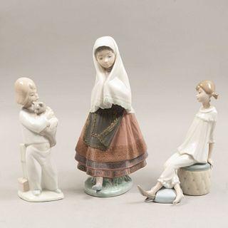 Lote de 3 figuras decorativas. España 1979 En porcelana, 2 Lladró Acabado brillante. Consta de: sevillana, niño con gato y niña sentada