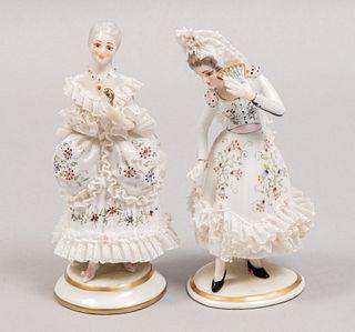 Lote de 2 figuras decorativas de damas. Siglo XX. Elaborados porcelana. Sellados. Consta de: sevillana y cortesana.