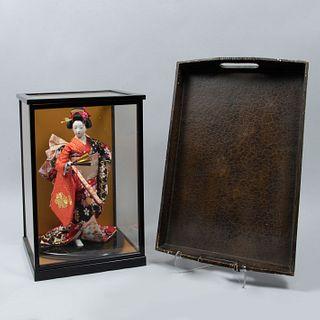 Lote de 3 piezas. Siglo XX. Consta de: Geisha con kimono de tela, vitrina y charola de servicio.