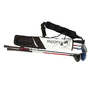 Bolso y 4 bastones de golf para niños. SXX En nylon, metal y material sintético. Bolso color blanco con negro y decorado con Snoopy.