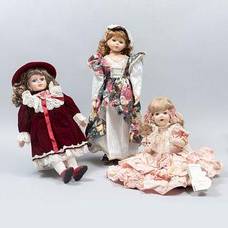 """Lote de 3 muñecas. Italia, Inglaterra, otro. Siglo XX. Elaboradas en porcelana. Marca Cleo y Hanah. Una """"Marilú"""" y otra """"Eleanor""""."""