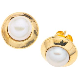 PAIR OF STUDS IN 14K YELLOW GOLD WITH CULTIVATED PEARLS  2 white pearls. Weight: 2.4 g