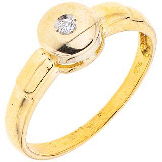18K YELLOW GOLD RING WITH DIAMOND 1 Brilliant cut diamond ~0.03 ct. Weight: 2.1 g. Size: 6