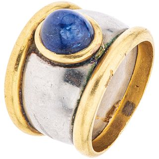 RING WITH SAPPHIRE, 18K YELLOW GOLD AND 10K WHITE GOLD 1 Cabochon cut sapphire ~1.50 ct. Weight: 12.0 g. Size: 5 ½