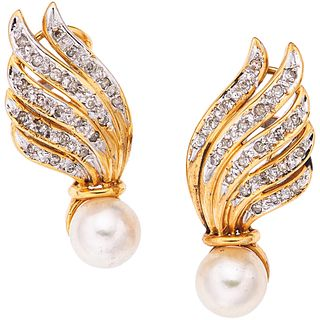 PAIR OF EARRINGS WITH CULTIVATED PEARLS AND DIAMONDS IN 14K YELLOW GOLD 2 Cultivated cream colored pearls, 46 8x8 cut diamonds