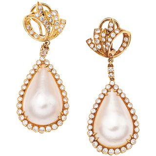 PAIR OF EARRINGS WITH HALF PEARLS AND DIAMONDS IN 18K AND 14K YELLOW GOLD 2 Half pearls, 96 Brilliant cut diamonds ~2.80 ct