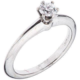 ANILLO SOLITARIO CON DIAMANTE EN PLATINO .950 DE LA FIRMA TIFFANY & CO. con un diamante corte brillante~0.24ct Claridad: VS1 Talla: 4¼
