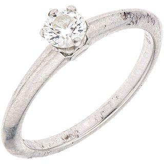 ANILLO SOLITARIO CON DIAMANTE EN PLATINO .950 DE LA FIRMA TIFFANY & CO. con un diamante corte brillante~0.28 ct Claridad: VS2 Talla: 6