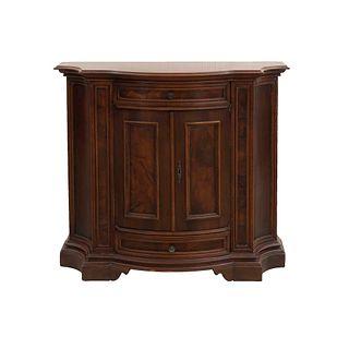 Trinchador. Italia. Siglo XX. Elaborado en madera. Con 2 cajones y 2 puertas abatibles, soporte tipo zócalo.
