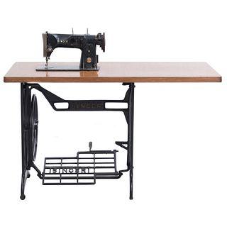 Máquina de coser. Alemania. Siglo XX. Marca Singer. Elaborada en metal laqueado. Con cubierta rectangular de madera.
