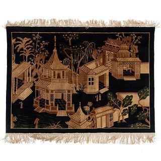 Tapiz. Siglo XX. Estilo oriental. Elaborado en lana y algodón. Decorado con elementos vegetales y paisaje arquitectónico.