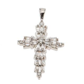 Cruz con diamantes en oro blanco de 14k. 29 diamantes corte baguette y 8 x 8. Peso: 1.7 g.