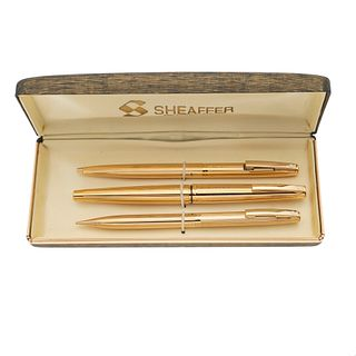 Plumas fuente, bolígrafo y lapicero Sheaffer. Cuerpo en acero dorado. Punto en oro amarillo de 14k. Estuche original.