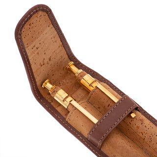Dos bolígrafos cuerpo en metal base y corcho. 1 lapiceros Cross. 1 Bolígrafo Sheaffer. Estuche original.