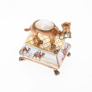 Figura decorativa con figura de camello con madreperla y plata. Medidas 5 x 6.5 cm. Peso: 96.3 g.
