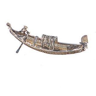 Figura decorativa de góndola en plata. Tecnica en filigrana. Medidas 6.5 cm. Peso: 7.1 g.
