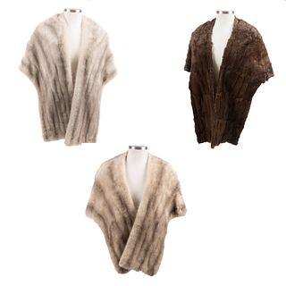 Lote de 3 estolas. Siglo XX. Elaboradas en piel color marrón y gris. Con forros color marrón, gris y rosado.