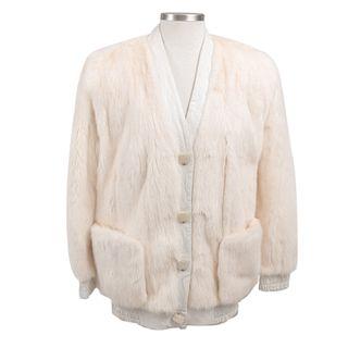 Chamarra. Estados Unidos. Siglo XX. Elaborada en piel bovina color blanco con aplicaciones de piel de zorro blanco.