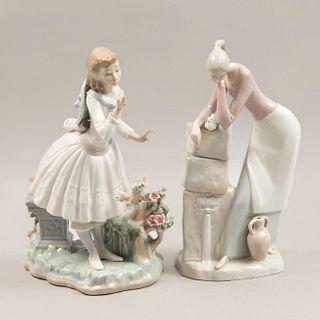 Lote de 2 figuras decorativas. España Ca. 1970 En porcelana, una Lladró. Acabado brillante. Consta de: mujer con ánfora y niña en banca