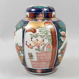 Tibor. China. SXX En porcelana Goldimari. Decorado con elementos florales, vegetales, geométricos y esmalte dorado. 32 cm altura