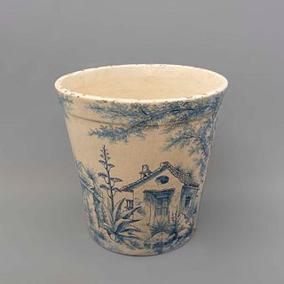 Maceta. Siglo XX. Elaborada en cerámica. Decorada con elementos vegetales, florales y arquitectónicos en color azul cobalto.