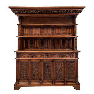 Buffet. Francia. Siglo XX. Estilo Gótico. Elaborado en madera tallada de roble. Con 2 entrepaños superiores.