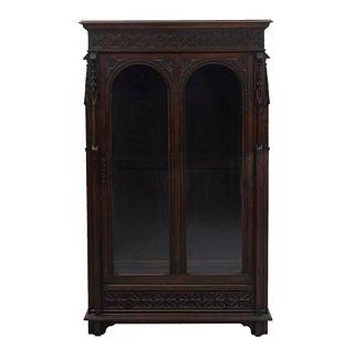 Vitrina. Francia. Siglo XX. En talla de madera de roble. Con puerta abatible, entrepaños internos, cajón inferior.