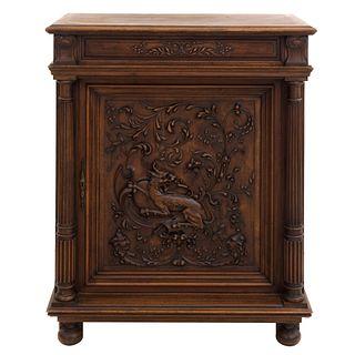 Alacena.  Francia.  Siglo XX.  Estilo Enrique II.  En talla de madera de roble.  Con cubierta rectangular, puerta abatible.