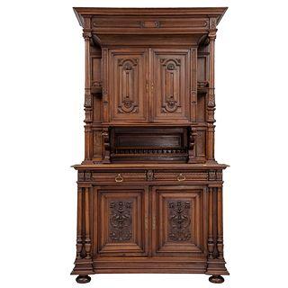 Buffet. Francia. Siglo XX. Estilo Enrique II. En talla de madera de nogal. Con 4 puertas abatibles, 2 cajones.