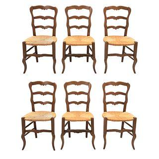 Lote de 6 sillas.  Francia.  Siglo XX.  Estilo Luis XV.  En talla de madera de roble.  Con respaldos escalonados.