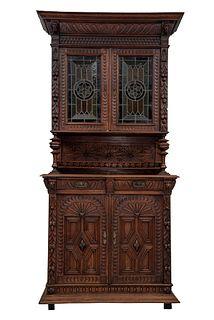 Buffet. Francia. Siglo XX. En talla de madera de roble. Con 4 puertas abatibles, 2 con vitrales, 2 cajones.