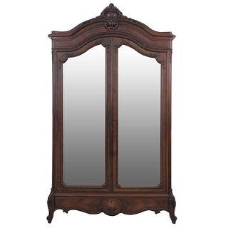 Armario.  Francia.  Siglo XX.  Estilo Luis XV.  En talla de madera de roble.  Con 2 puertas abatibles con espejos.