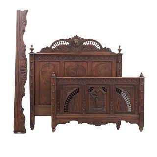 Cama matrimonial. Francia. Siglo XX. Estilo Bretón. En talla de madera de roble. Consta de: cabecera, piecera y largueros.