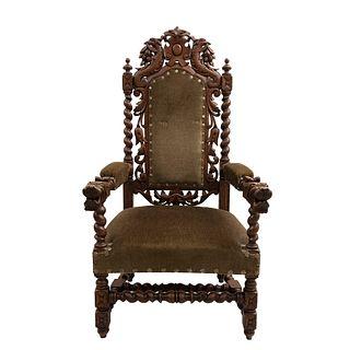 Sillón. Francia. Siglo XX. En talla de madera de roble.  Con respaldo semiabierto y asiento en tapicería color marrón.
