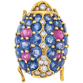 BROOCH WITH SAPPHIRES, RUBIES AND DIAMONDS IN 18K YELLOW GOLD with 28 sapphires ~3.80 ct, 4 rubies ~0.60 ct and 13 diamonds ~0.25 ct