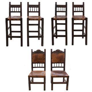 Lote de 2 sillas y 4 periqueras. Siglo XX. En talla de madera. Con respaldos semiabiertos y asientos de cuero color marrón. Piezas: 6