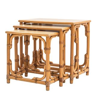 Juego de mesas nido. Siglo XX. En madera, tipo bambú. Consta de 3 mesas. Con cubiertas rectangulares, fustes y soportes lisos.