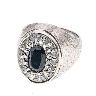 Anillo con zafiro y diamantes en plata paladio. 1 zafiro corte oval de 1.60 ct. 16 diamantes corte 8 x 8. Talla: 10. Peso: 1...