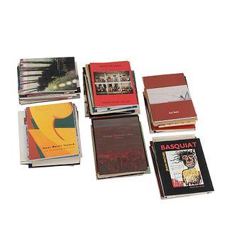Caja de Catálogos de Exposiciones. Algunos títulos: Roberto Matta; Luis Caballero; Jean-Michel Basquiat; Donald Sultan... Piezas: 100.