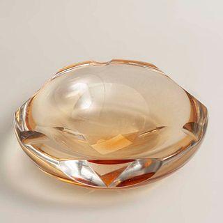 Cenicero. Siglo XX. Diseño orgánico. Elaborado en cristal de Murano color ámbar. 23 cm diámetro