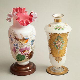 Florero y violetero. Alemania, otro. Siglo XX. Elaborados en cristal opalino color blanco y rosa. Decorados con esmalte dorado.